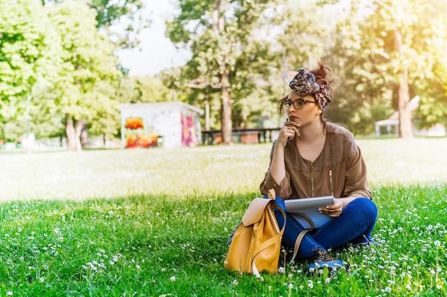 Pensativo, mulher, escrita, papel, parque