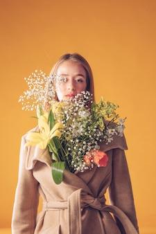 Pensativo, mulher, ficar, com, buquê flores, em, agasalho