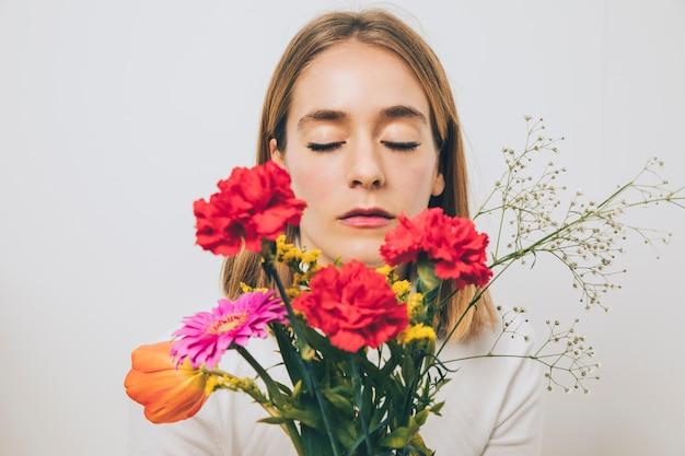 Pensativo, mulher segura, flores brilhantes