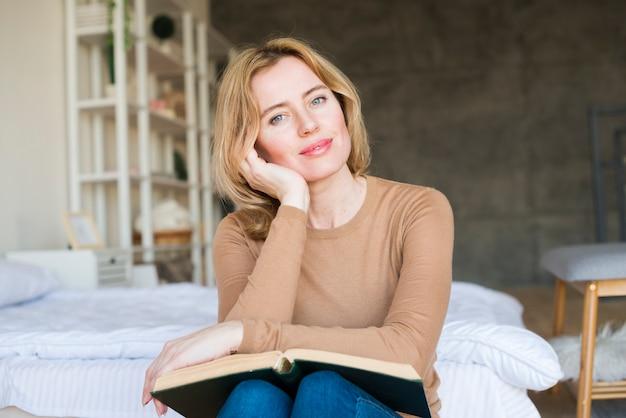 Pensativo, mulher senta-se, com, livro