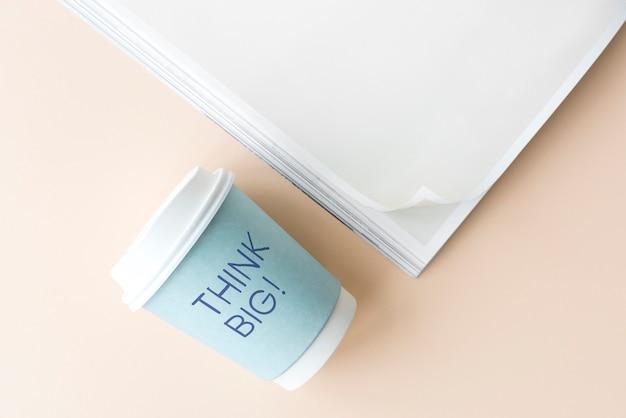 Pense grande escrito em um copo de papel