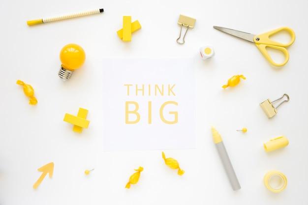 Pense grandes palavras cercadas por vários bulbo elétrico, doces e artigos de papelaria