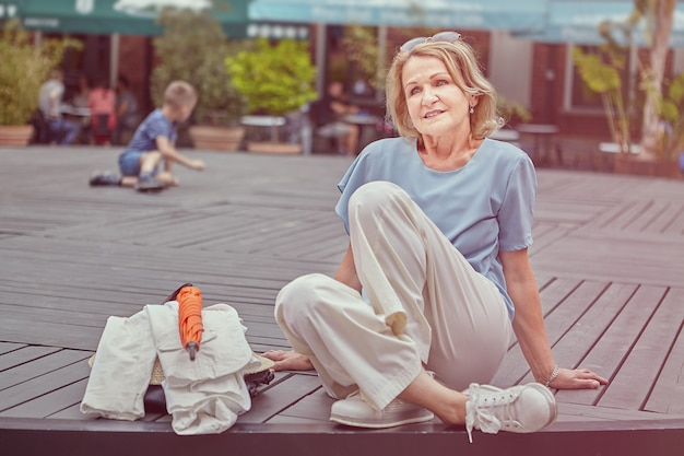 Pensionista charmosa tem descanso ao ar livre.