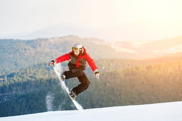 Pensionista de homem pulando de snowboard