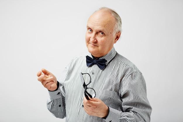 Pensionista elegante posando para foto