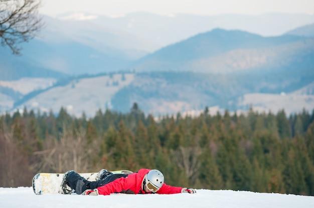 Pensionista masculina em seu snowboard no resort winer
