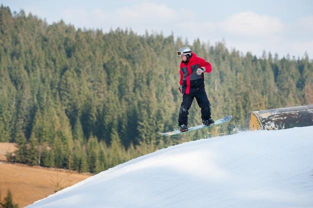 Pensionista masculina em voo durante um salto sobre um obstáculo