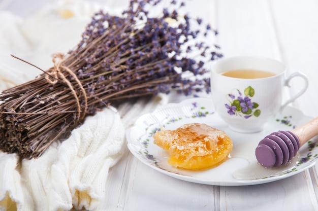Pente de mel em um prato com as cores de lavanda
