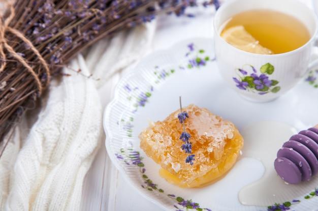 Pente de mel em um prato