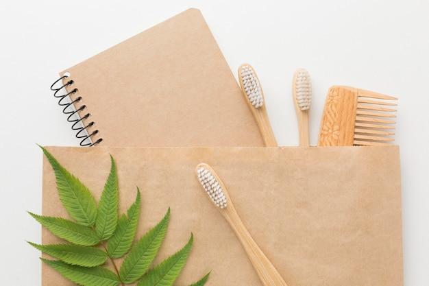 Pente e caderno em saco de ecologia