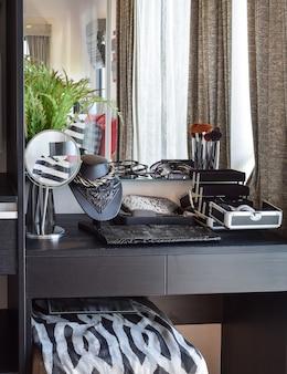 Penteadeira de madeira preta com acessórios em casa