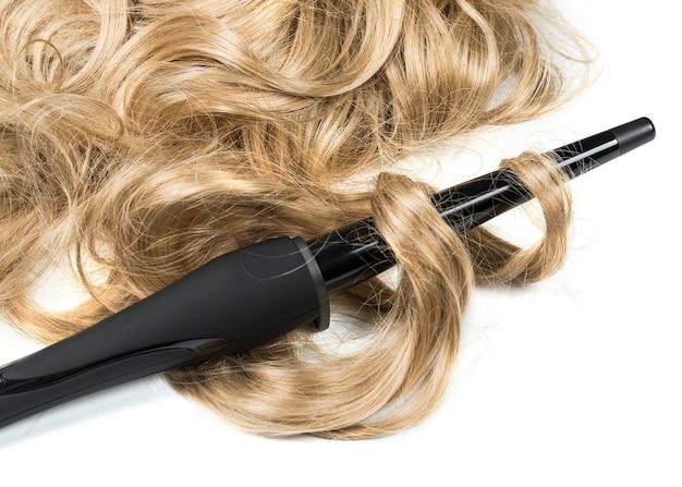Penteado closeup mulher loira de cabelos compridos fazendo penteado de ferro