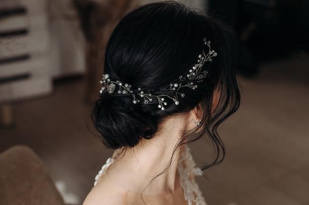 Penteado de casamento de beleza. noiva. menina morena com cabelos cacheados