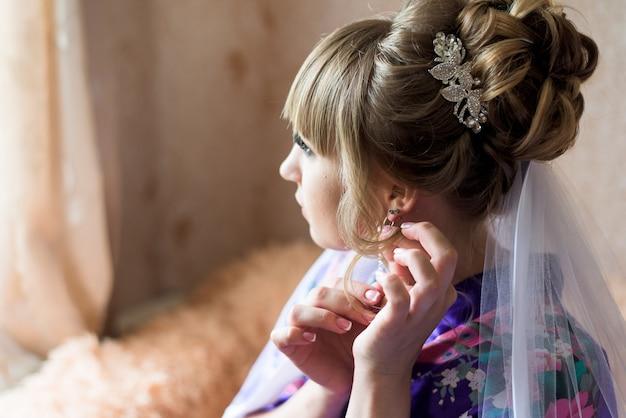 Penteado de casamento. noiva. vista lateral. manhã da noiva