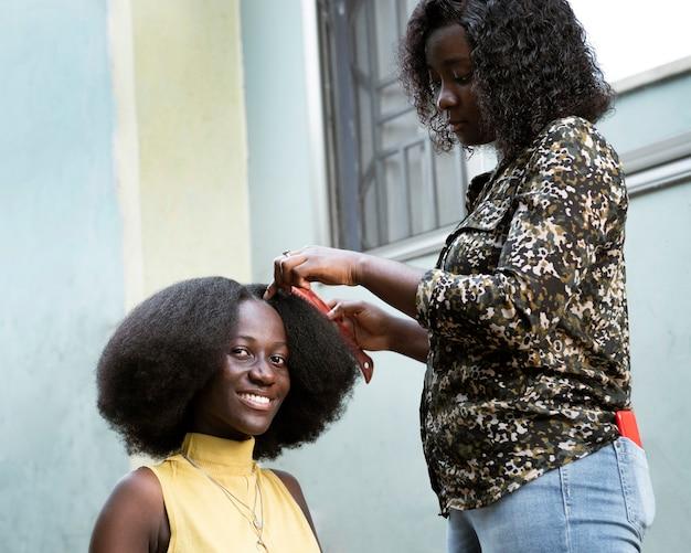 Penteado de close-up escovando o cabelo