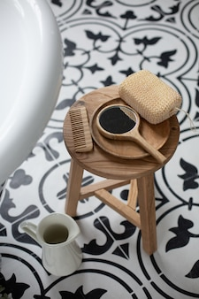 Penteado de madeira, espelho e esponja na cadeira do banheiro