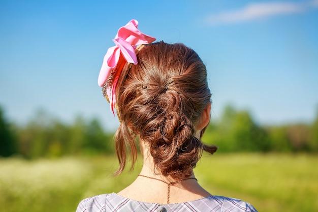 Penteado de mulheres bonitas com uma trança