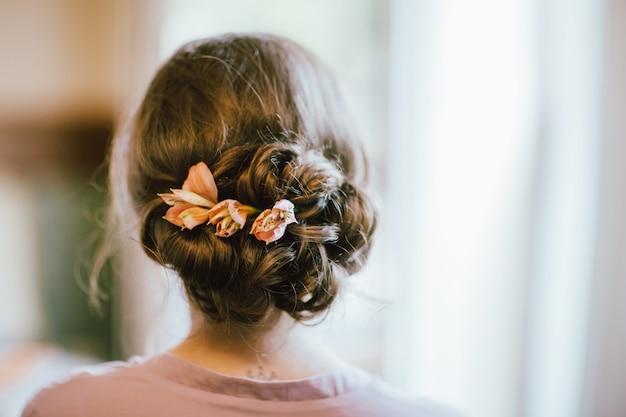 Penteado de noite com flores frescas em estilo boho rústico