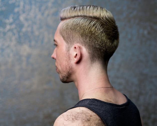 Penteado do homem. feche a cabeça do homem com um penteado moderno, vista lateral