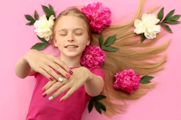 Penteado e arte das unhas da moda.