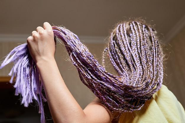 Penteados estilo africano muitas tranças garota trançada closeup foco seletivo
