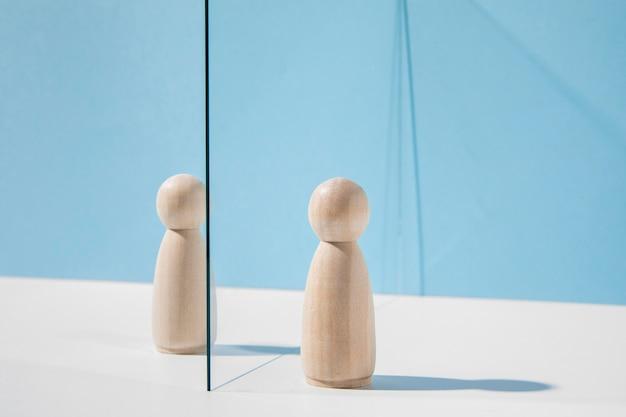 Peões de madeira com divisória de vidro