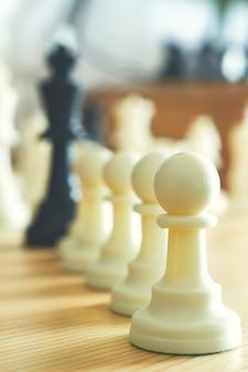 Peões de xadrez alinhados em uma linha