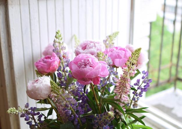 Peônia e tremoço buquê closeup casamento aniversário verão flor branco de madeira copyspace estilo de vida