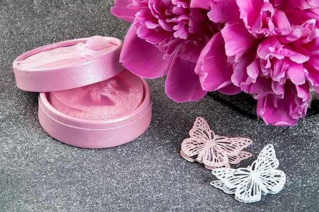 Peônia rosa, caixa de presente e borboletas