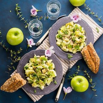 Pepino de abacate verde servido salada saudável