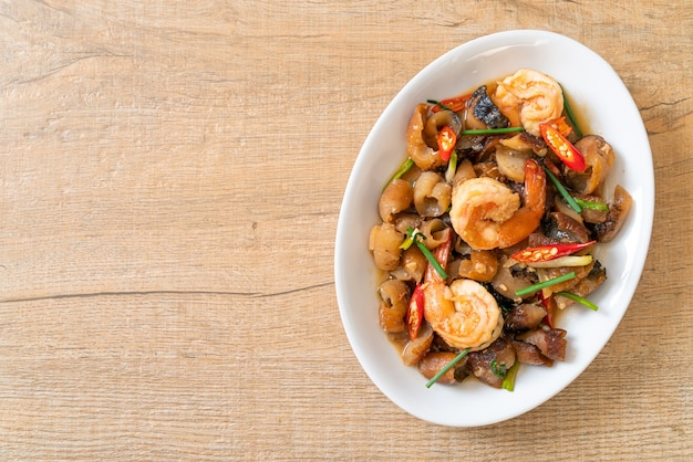 Pepino do mar refogado e refogado com camarão - comida asiática
