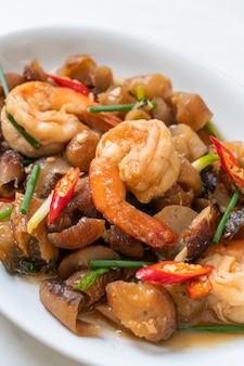 Pepino do mar refogado e refogado com camarões - comida asiática