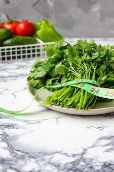 Pepino e salsa orgânica fresca