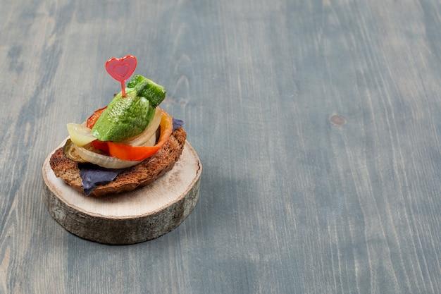 Pepino fatiado com cebola e pão frito