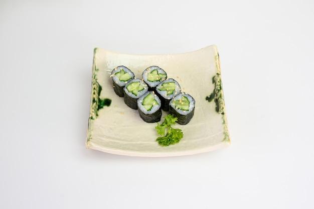 Pepino maki sushi roll algas com arroz japonês