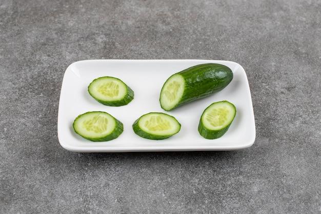 Pepino orgânico fatiado em prato branco