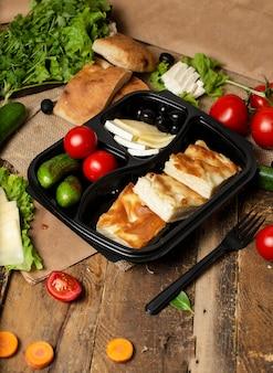 Pepino, tomates, azeitonas e queijo branco com fatias de pão