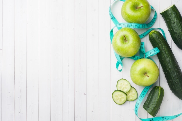 Pepino verde da hortelã de apple na tabela.