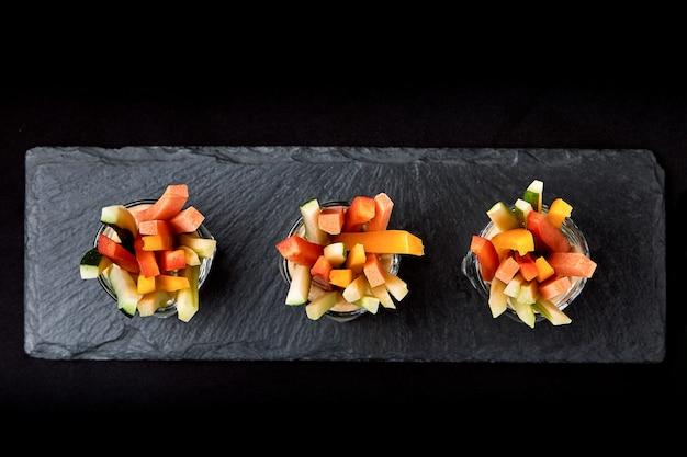 Pepinos, cenouras, aipo suculentos deliciosos, cortados em tiras finas ou clubes