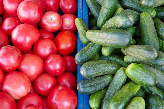 Pepinos e tomates à venda no mercado
