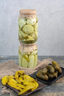 Pepinos em conserva com pimentos salgados no saco. foto de alta qualidade