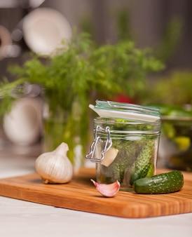 Pepinos em conserva em frasco de vidro