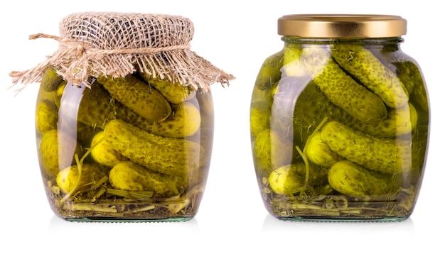 Pepinos em conserva em uma jarra de vidro em um fundo branco com traçado de recorte
