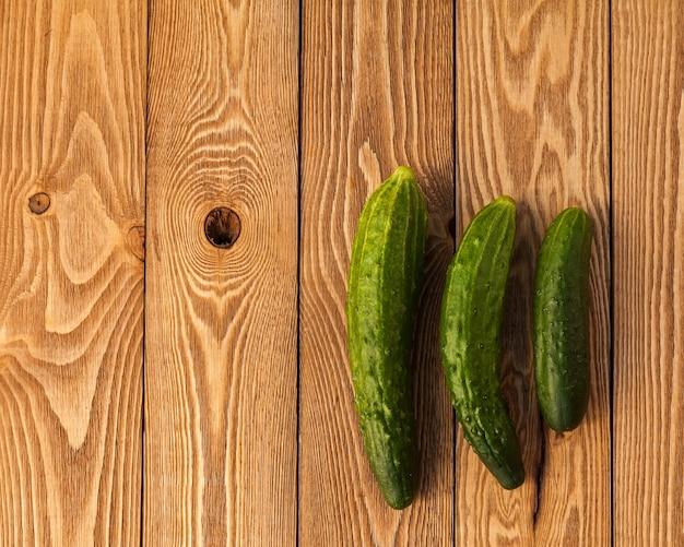 Pepinos em um fundo de madeira