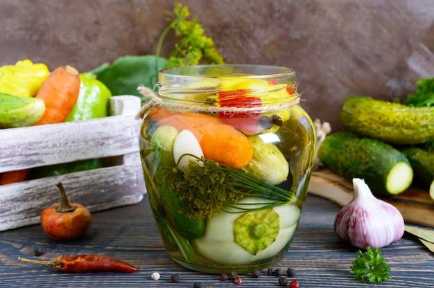 Pepinos em vinagre em uma jarra de vidro