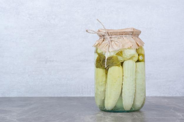 Pepinos fermentados caseiros em frasco de vidro.
