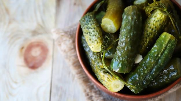 Pepinos fermentados levemente salgados