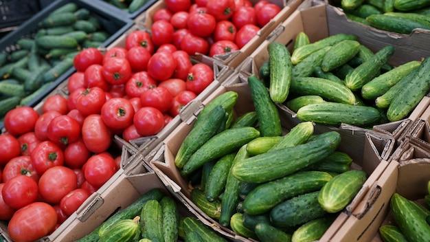 Pepinos legumes frescos, tomates para venda no mercado dos fazendeiros