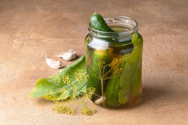 Pepinos levemente salgados em uma jarra de vidro