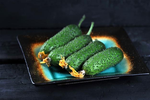 Pepinos verdes frescos com ovário no prato
